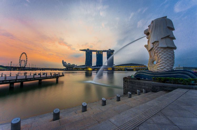 Rear_view_of_the_Merlion_statue_at_Merlion_Park,_Singapore,_with_Marina_Bay_Sands_in_the_distance_-_20140307